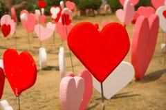 Papiers peints de Saint-Valentin Thème romantique d'amour : Beaucoup forme rouge Images libres de droits