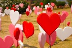 Papiers peints de Saint-Valentin Thème romantique d'amour : Beaucoup forme rouge Image libre de droits