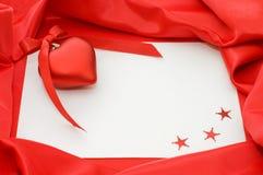 Papiers purs de feuille sur un tissu rouge Photos stock