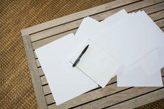 Papiers sur la table en bois Images libres de droits