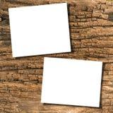 Papiers sur le bois Photos stock