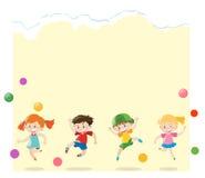 Papierschablone mit den Kindern, die Bälle spielen Lizenzfreies Stockfoto