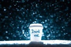 Papierschale mit Tee auf Schneehintergrund; Stockfoto