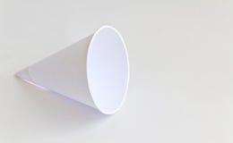 Papierschalen auf weißem Hintergrund Stockfotos