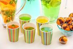 Papierschalen mit verschiedenen Arten der Limonade auf der Tabelle im Freien Stockbild