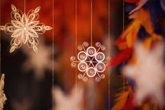 Papierschneeflocke gemacht mit Rüschentechnik - Makrodetails Stockfoto
