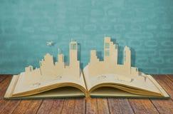 Papierschnitt der Städte mit Auto und Flugzeug Stockfoto