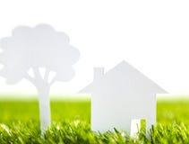 Papierschnitt des Familienhauses und Baum auf neuem Frühling grünen Stockfoto
