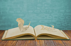 Papierschnitt des Jahres der Schlange 2013 auf Buch Lizenzfreies Stockfoto