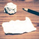 Papierschrott und zerknittert mit Bleistift lizenzfreies stockfoto