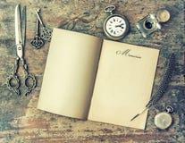 Papierseiten- und Weinleseschreibenswerkzeuge speicher Retro- Art Stockfotos