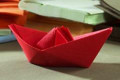 Papierservietten und Papierboot Stockbild