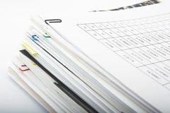 Papierstapel auf weißem Hintergrund Stockfoto