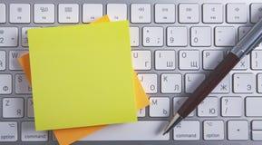 Papierstift auf der Tastatur lizenzfreie stockfotografie