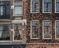 Papierstreifen vor einem Gebäude in Amsterdam Stockfotografie