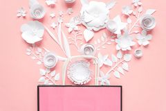 Papiertüte der unterschiedlichen Papierblume auf einem rosa Hintergrund Einkaufen vektor abbildung
