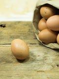 Papiertüte mit Eiern Stockbild