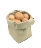 Papiertüte mit Eiern auf einem weißen Hintergrund Lizenzfreies Stockfoto