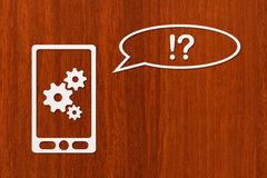 Papiertablette oder Smartphone mit Zahnrädern und Rede sprudeln Stockbild
