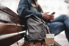Papiertasse kaffee und Mann auf dem Hintergrund Stockfotos
