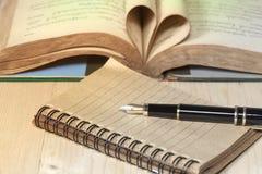 papieru i fontanny pióro na drewnianym Obrazy Stock