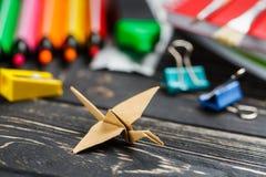 Papiervogel auf dem Tisch Zurück zu Schule-Hintergrund (EPS+JPG) lizenzfreie stockfotografie