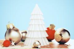 Papierweihnachtsbaum und Weihnachtsspielwaren auf einem Holztisch Lizenzfreie Stockfotografie
