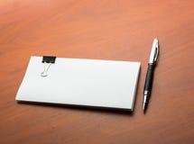 Papiery i pióro na desktop zdjęcie stock