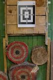 Papierziel auf hölzerner Wand lizenzfreie stockfotos