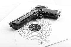 Papierziel und Pistole Lizenzfreie Stockfotos