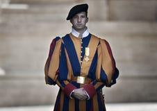 Papieski Szwajcarski strażnik w mundurze obraz royalty free