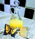 Papillon, bain moussant et cristal jaune photos stock
