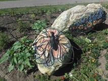 Papillon de sculpture sur une roche Image libre de droits