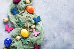 Papillons colorés en bois avec des oeufs de pâques Photo libre de droits