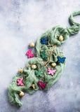 Papillons colorés en bois avec des oeufs de pâques Photos libres de droits
