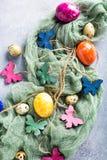 Papillons colorés en bois avec des oeufs de pâques Photos stock
