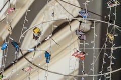 Papillons décorés sur les guirlandes accrochantes de rue Image libre de droits