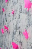 Papillons roses hors de papier sur le mur Origami photo stock