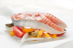 Papillote di color salmone con le verdure immagini stock libere da diritti