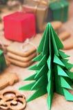 Papiroflexia árbol de navidad y galletas del pan de jengibre Fotografía de archivo