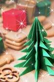 Papiroflexia árbol de navidad y galletas del pan de jengibre Imagenes de archivo