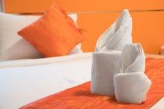 Papiroflexia de la toalla preparada en una cama Imagenes de archivo