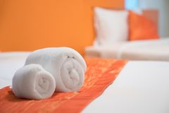 Papiroflexia de la toalla preparada en una cama Foto de archivo