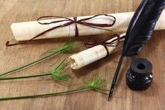 Papirusowa ślimacznica z rośliną, dutką i inkwell, Fotografia Royalty Free