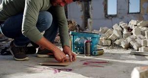 Papp för grafittikonstnärklipp med skäraren 4k stock video