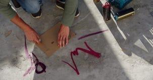 Papp för grafittikonstnärklipp med skäraren 4k arkivfilmer