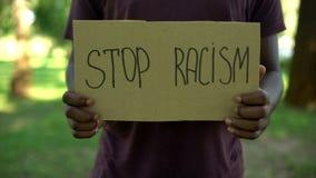 papp f?r uttryck f?r Afro--amerikan manlig visande stopprasism, j?mb?rdiga r?tter, missbruk arkivfoto