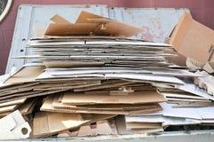 Papp i avfallscontainer Arkivfoton