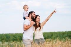 Pappa, mamma och barn som har roligt utomhus royaltyfri bild