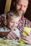 Pappa med att spela för son royaltyfri fotografi